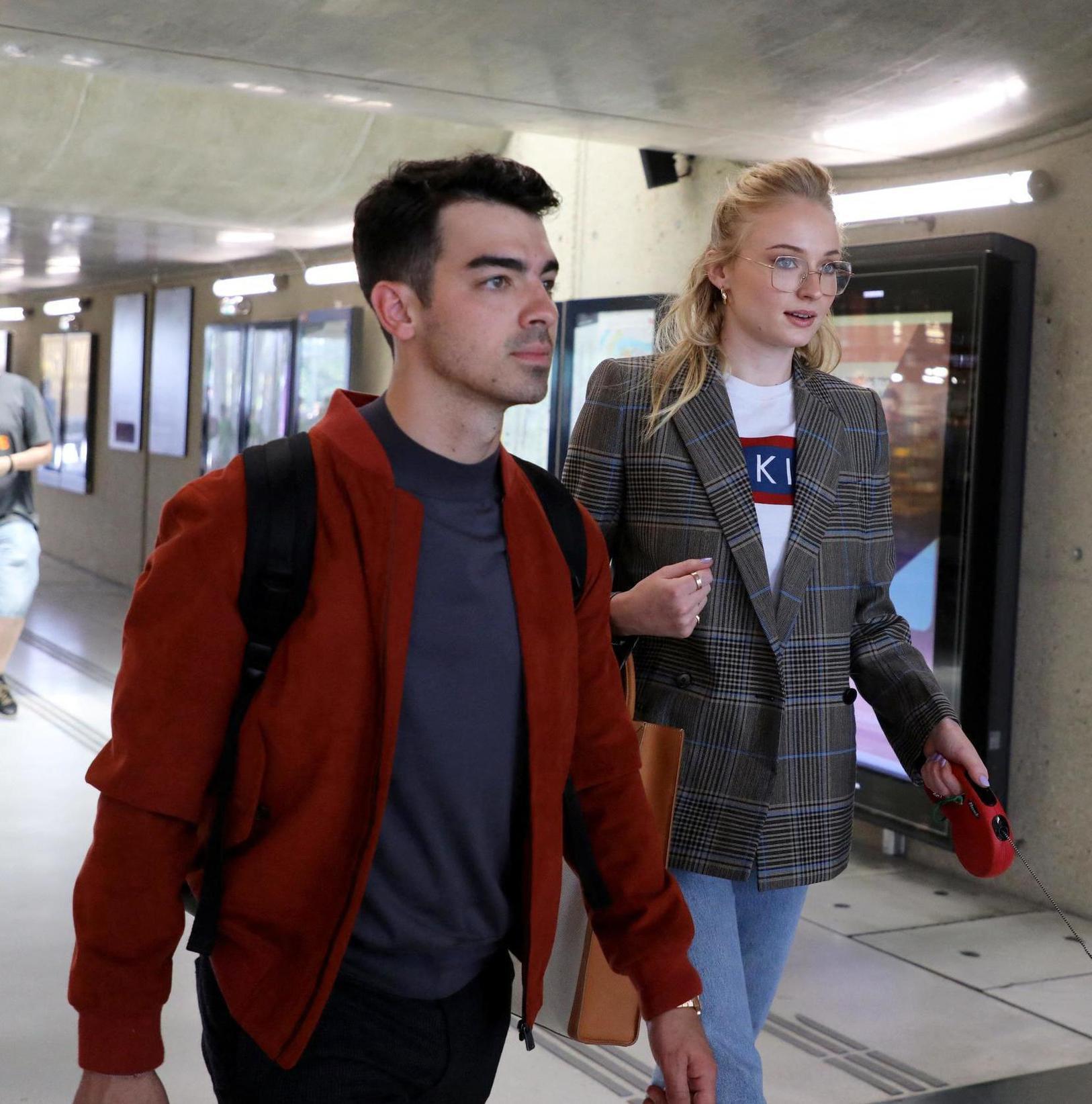 Après un court séjour à Paris, la star de la série « Game of Thrones » Sophie  Turner est arrivée hier après,midi à la gare TGV d\u0027Avignon avec Joe Jonas,