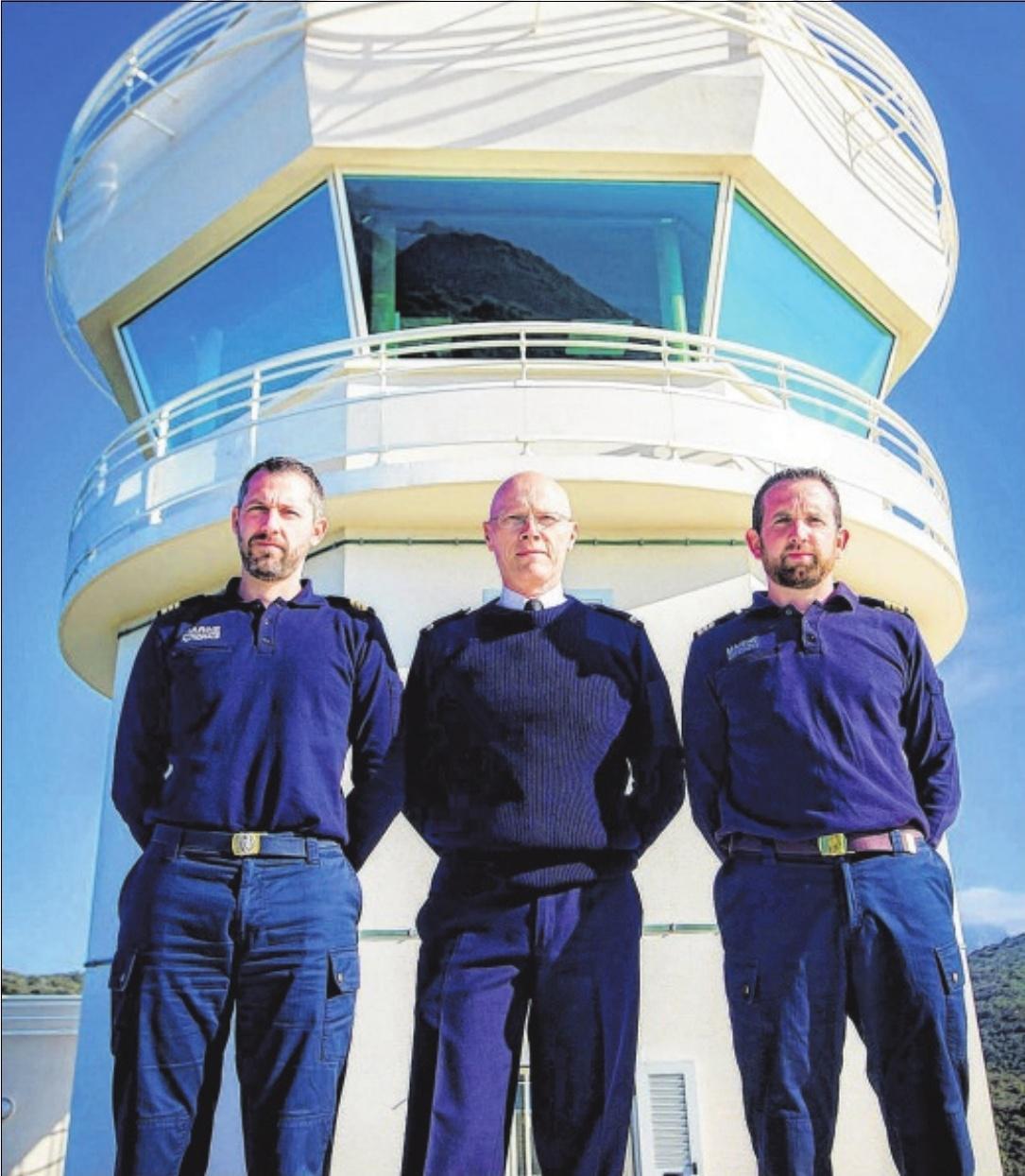 Le chef de poste, Maitre-principal, Tony, entouré de ses adjoints, Maître Cyrille à gauche et Maître Jean-Michel à droite. Radar de navigation, jumelles et VHS, pour les communications avec les navires, sont les principales armes des guetteurs.  /  PHOTOS FLORENT SELVINI