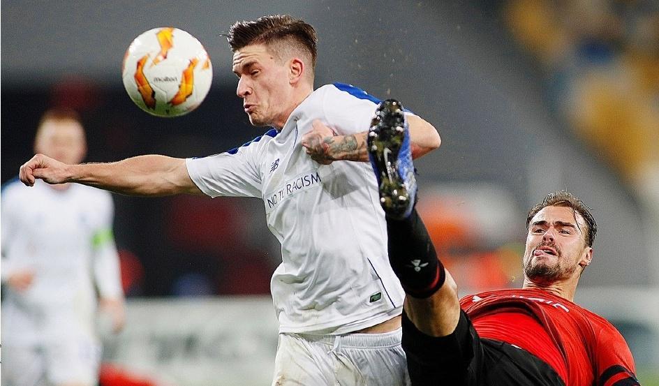 DE NOTRE ENVOYÉ SPÉCIAL,ANTOINE MAUMON DE LONGEVIALLE,L'attaquant du Dynamo Kiev Benjamin Verbic devance le défenseur rennais Damien Da Silva, hier soir.