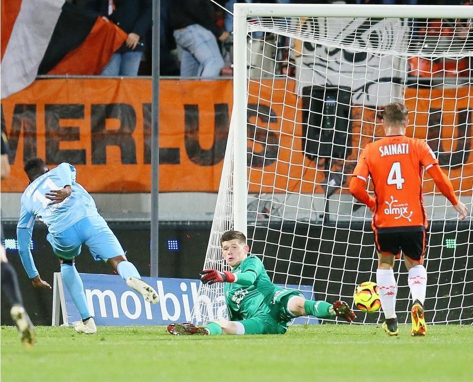 CLÉMENT VERSTRAETE,Illan Meslier effectue un arrêt devant le Messin Opa Nguette et son coéquipier Joris Sainati, lors de Lorient-Metz, le 26 octobre (0-0).