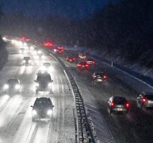 Circulation difficile, mardi soir, sur la RN12, à hauteur de Hédé-Bazouges (Ille-et-Vilaine), sur une chaussée rendue glissante par la neige Photo AFP