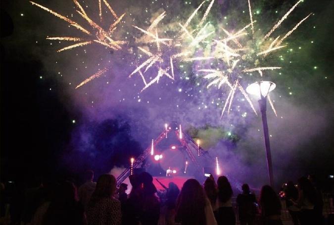 GAËTAN PEYREBESSE gpeyrebesse@nicematin.fr,Ce soir, bord de mer de Cagnes, du port du Cros à l'hippodrome. Fermeture de la promenade aux voitures à 18 h. Début des festivités à 20h30. Feu d'artifice à 22h15. Gratuit.